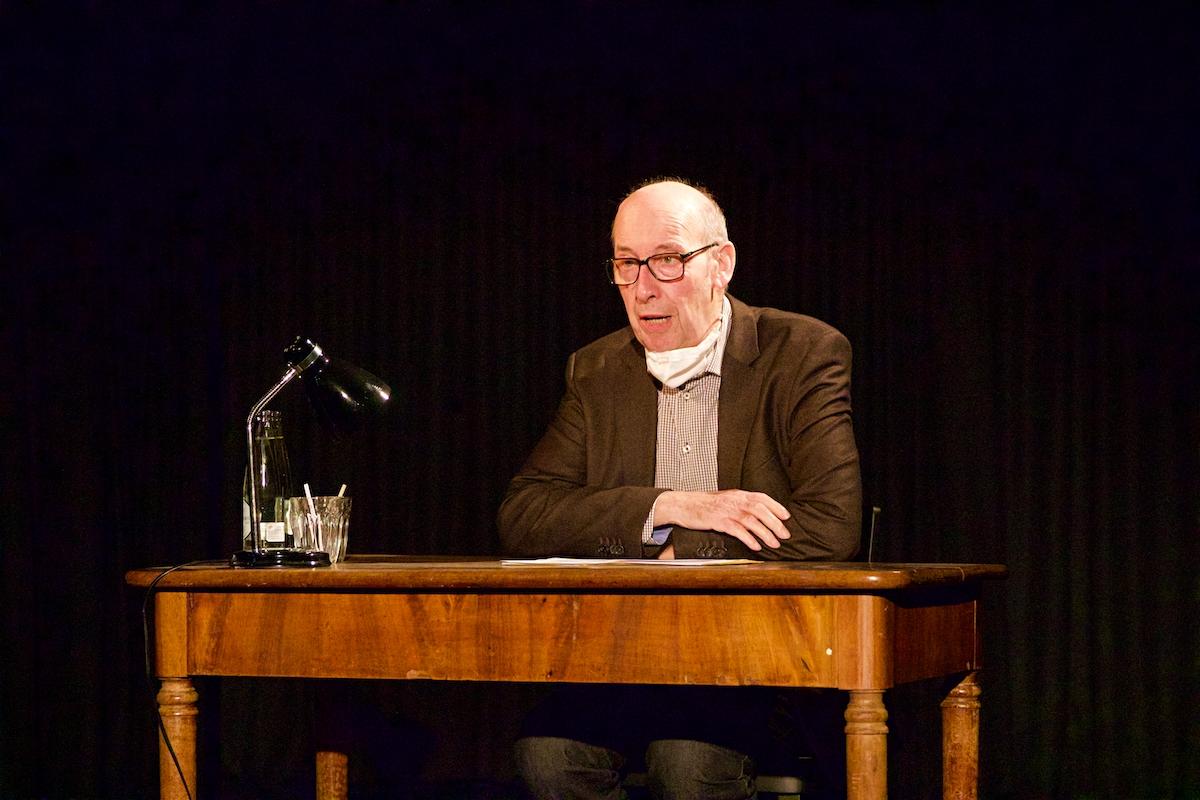 Reinhold Bruder liest den Text «Warte» aus seinem Buch «Zletscht am Änd» und seinen Hunziker2020-Text «De Lüügi».