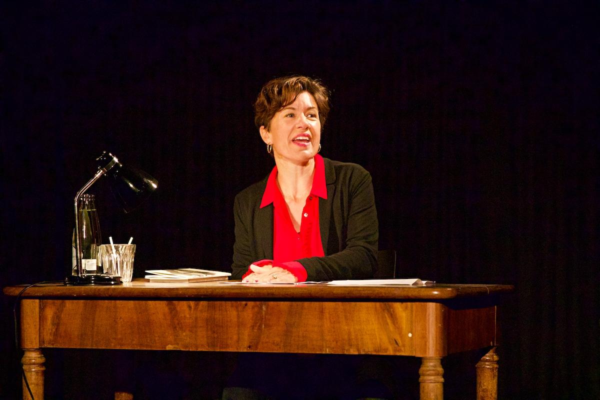 Nathalie Schmid liest ihre Hunziker2020-Texte «Schlarpi», «Änet» und «Holderbluescht» sowie ihre Antwort auf das Gedicht «Z'Nacht» von Paul Haller: «Einisch».