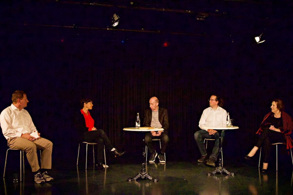 Matthias Friedli im Podiumsgespräch mit Nathalie Schmid, Reinhold Bruder, Dieter Studer-Joho und Christine Egerszegi (v.l.n.r.)